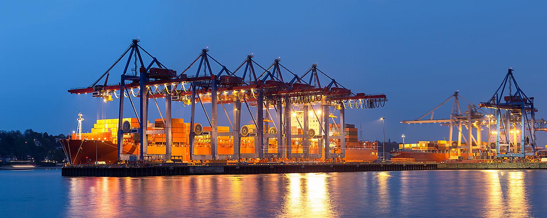 Containerbrücken mit Kranleitungen im Hafen